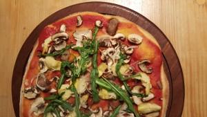 Pizza Chamignons, Zwiebel, Artischoken und Ruccola